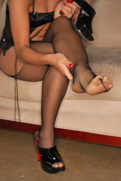 Midori west shows off her feet in