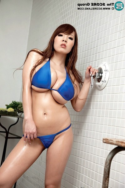 Bigger-chested japanese bombitas hitomi tanaka posing in bikini