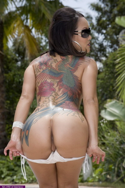Hawt jandi lin proudly flashes her tattoos