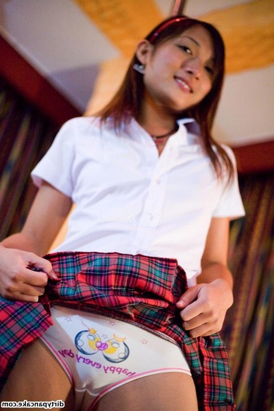 Japanese amateur babe in schoolgirl uniform