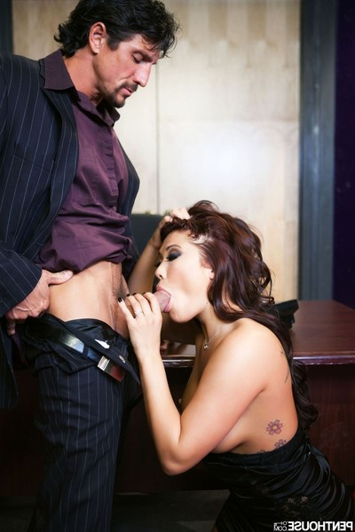 London keyes attains penetrated on the desk by a business boy