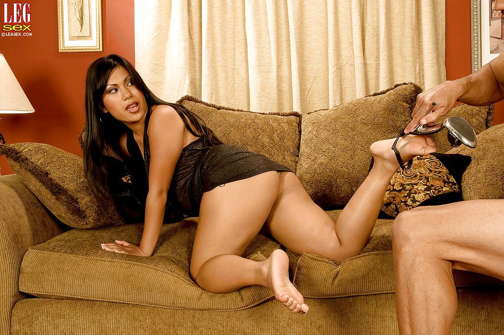 Leggy barefoot Oriental brown hair Kyanna Lee gives weighty knob footjob for