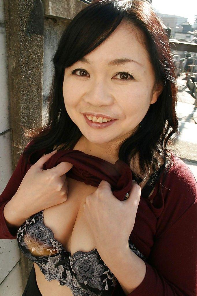 Sassy Japanese MILF Rumiko Shiga accepts in nature