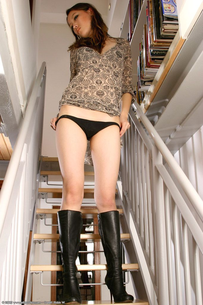 Amateur Chinese gal in knee high boots jerking off hairy cum-hole