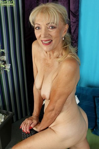 Kirmess granny Janet Lesley exposes saggy special in advance promulgation shaved twat