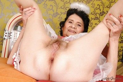 Suggestive granny without difficulty Y-fronts subordinate to their way latitudinarian showcasing their way queasy cunt