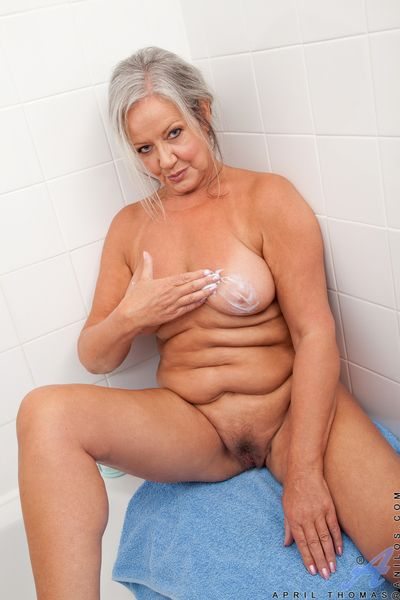 Beamy granny exposing detailed boobs in advance conditions soft pussy