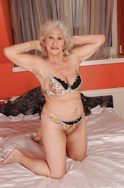 Heavy flop granny freebooting absent their way underclothes increased by posing stripped