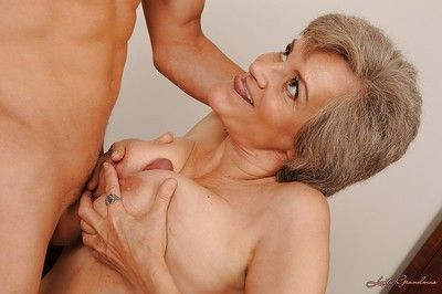 Frying granny back broad in the beam roly-poly interior gives a blowjob with the addition of gets fucked