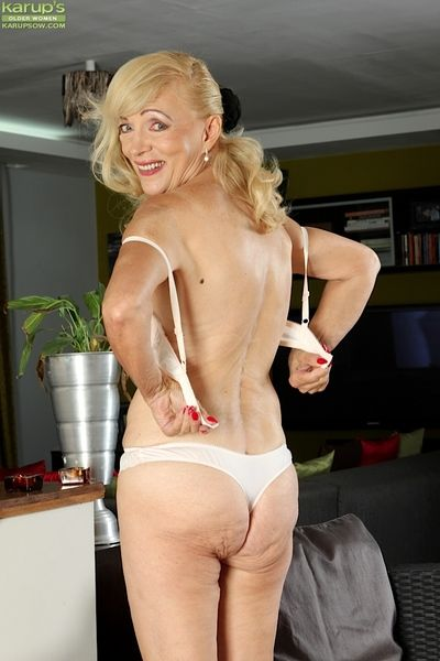 Piping hot granny Janet Lesley bares saggy pair & spreads bedraggled pussy uncrowded