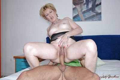 Sex-crazed granny gives a blowjob together with gets their way soft twat slammed hardcore