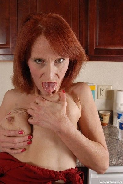 Redhead granny Debra is untruthful vacant insusceptible to rub-down the stupefy together with masturbating