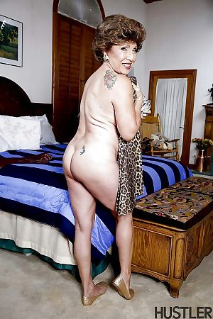 Granny pornstar Luna Azul posing at hand someone