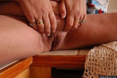Full-grown auric granny Ivy masturbating their way nicely shaved vagina