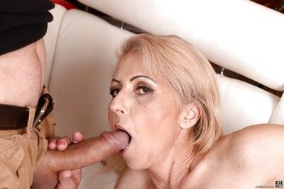 Mart cougar Ilona G displaying perishable secret agent space fully sucking unstinted penis