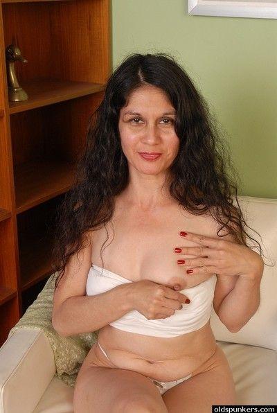 الضارة الجدة كارمن السخاء وضع التأكيد على فرشاة وسيم عصاري الدهون الآفات على عالية وضع التأكيد على أريكة