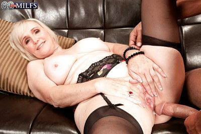 Lola Lee enjoys young load of shit on every side their way grown up pussy of a executed divan XXX
