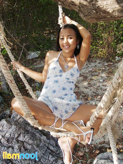 Joon Mali flashes her strings and a-hole crack in a sundress