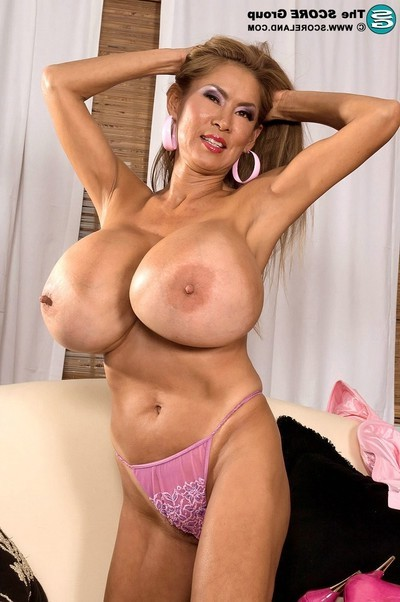 Japanese porsntar minka is the curvy nodel of the year in 2006