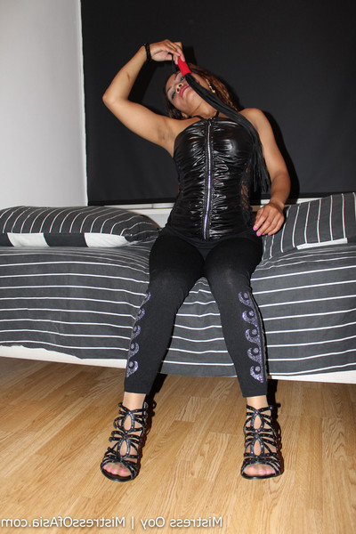 Dominatrix-bitch ooy featuring in bedtime teasing