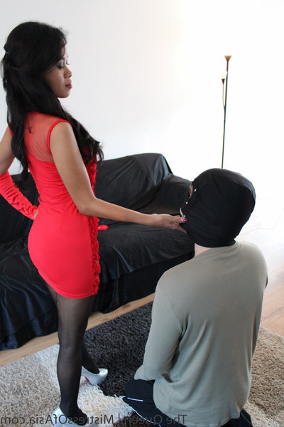The princess featuring in feet servant worshiper