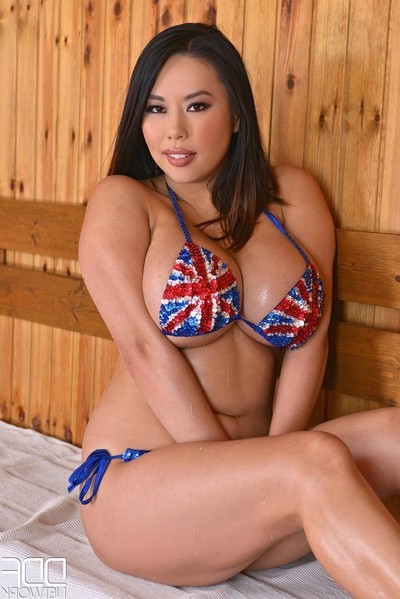Rounded oriental having liking in the sauna