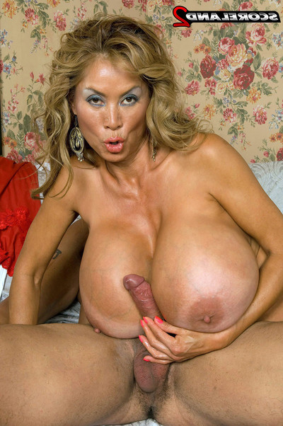 Koream full-grown minka uses her massive whoppers for act of love