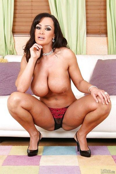 Brunette pornstar Lisa Ann demonstrates the brush mature chunky gut