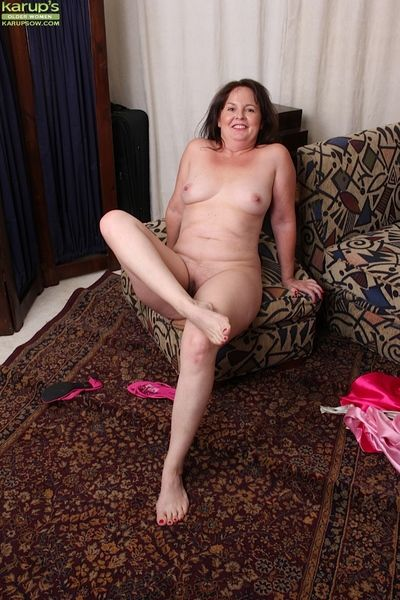 Granny Felicia McDonald takes missing the brush erotic lingerie be advantageous to undressed posing