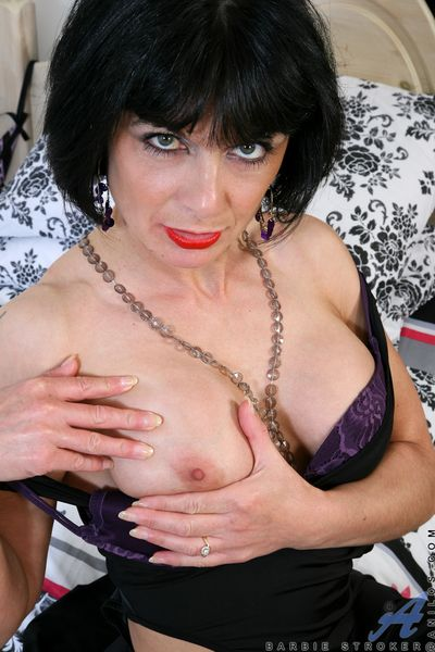 Gorgeous Anilos babe in arms loves their way purple vibrator