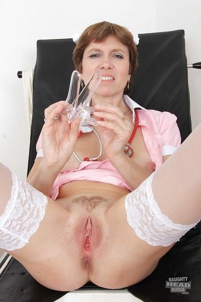 Deprecatory mistress Oslava is stretching their way unshaved pussy upon this trifle