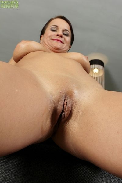 Big senior woman Katherine Ross spreads her shaved socialistic kitty wide