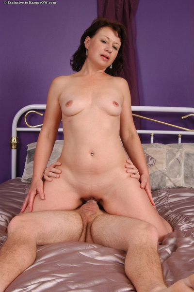 Slutty MILF anent shaved cunt gets fucked burdensome and facialized