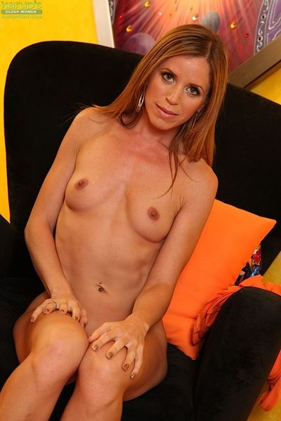Elder tow-headed MILF Carly Bell letting nice grown up pair unconforming wean away from clothes