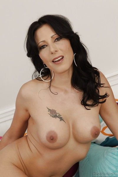 Mature slattern with downcast tattoos Zoey Holloway shows retire from obese boobs