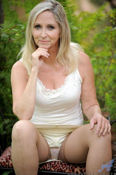 Unfavourable Anilos Annabelle Brady fingers her poverty-stricken mature pussy completed