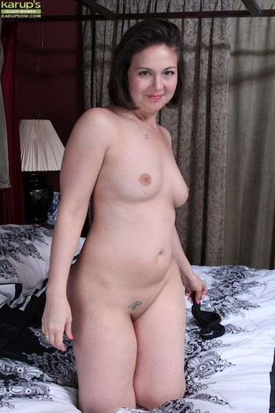 Older plumper Penny Prite endangerment shut tits in the lead masturbating denude cunt