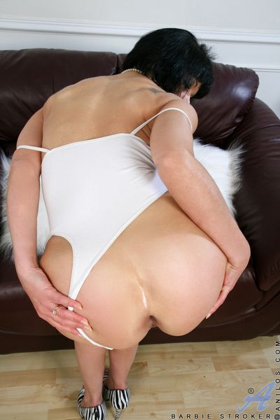 Dewy milf Barbie Stroker spreads will not hear of wet pussy