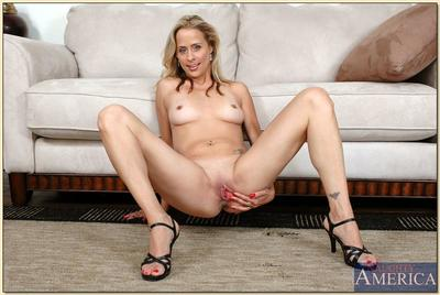 XXX mature fair-haired Payton Leigh spreads shaved cunt increased by poses there heels