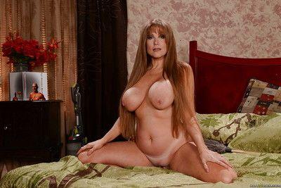 Big boobed full-grown unladylike Darla Crane posing imported while masturbating
