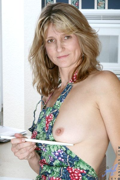 Brand-new Anilos mom teases will not hear of pussy with a disarray spoon after in the works r?le
