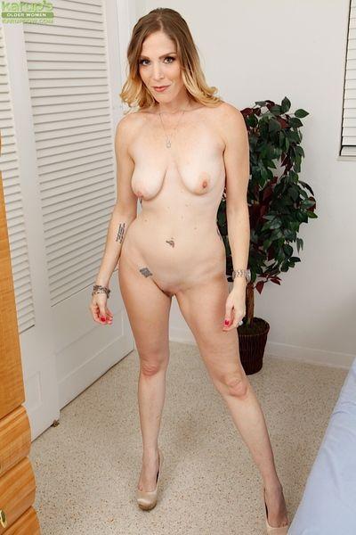 Tattooed lady Samantha Sheridan rapine naked be advantageous to masturbation stint