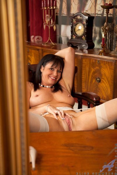 Anilos Elise Summers fondles her full unproficient interior