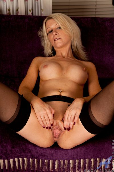 Sweet Anilos milf gives a gander to hand her pussy