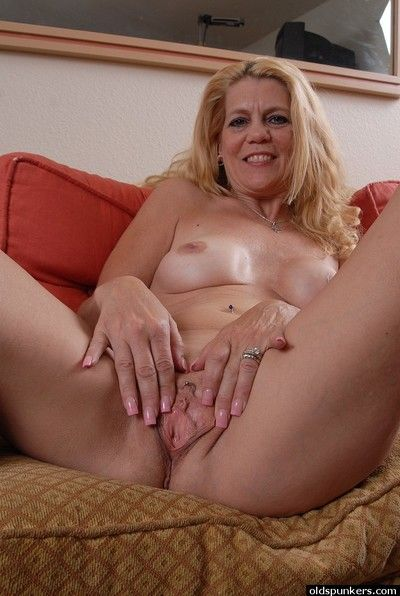 Mature blonde Lori demonstrates us her amazing sincere boobies