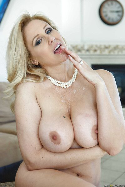 Mature mom with big tits Julia Ann seduces young sultry cohort
