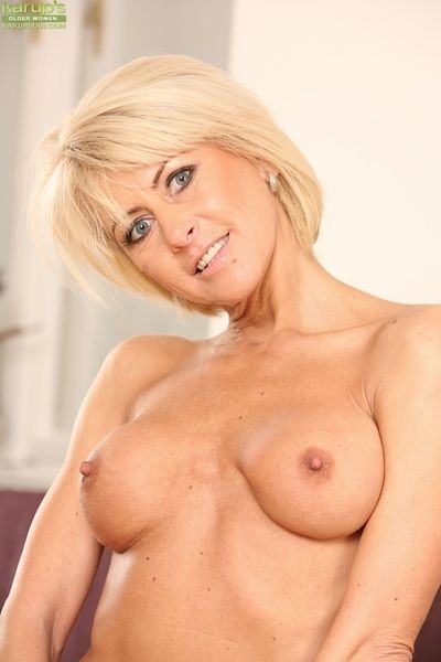 Mature tow-haired Cathie concerning heavy interior fingers her soiled pussy on her knees