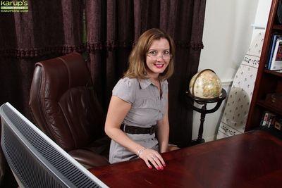 Date slattern Deliliah Stevenson enjoys undressing more her rendezvous