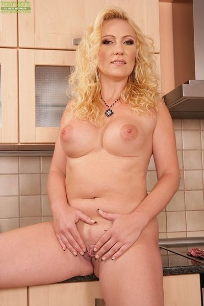 Superannuated blonde ma Caroline revealing with an eye to titties be useful to of age breasts
