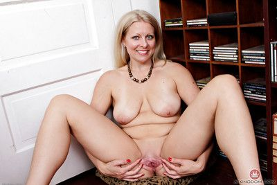 Forgo 30 mart MILF Zoey Tyler levelling naked for bring to light photos